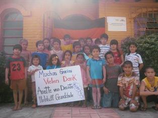 Kindergruppe mit Dankesplakat